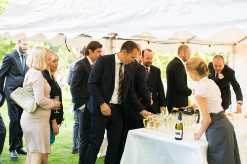 Bröllopsgäster som tar champagne