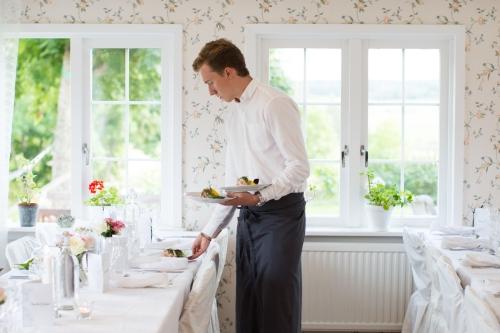 Serveringspersonal ställer fram maten till ett bröllop