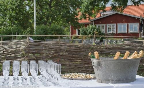 Snittar och bubbel som serveras efter ett bröllop