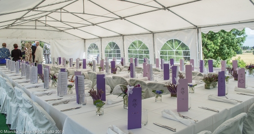 Tältbröllop. Inbjudningskort och dekor är uppdukad i tältet